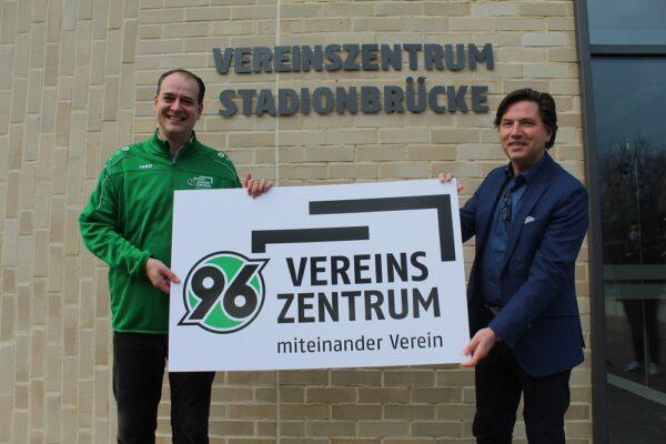 Vorstandsvorsitzende Sebastian Kramer (links im Bild) und Geschäftsführer der B&B Markenagentur GmbH Uwe Berger (rechts im Bild) präsentieren das neue Logo